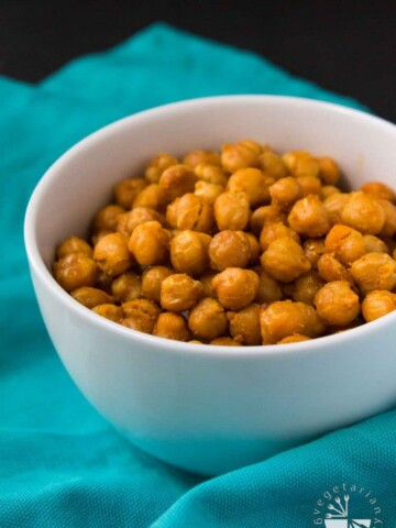 These Sweet & Salty Oven Roasted Curried Chickpeas are the perfect side dish, appetizer, or delicious snack to munch on! #vegan #glutenfree | www.Vegetariangastronomy.com