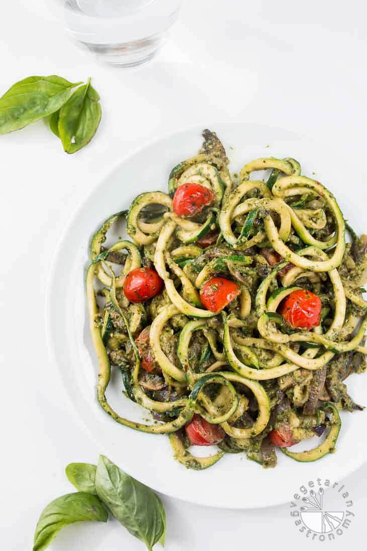 pesto zucchini spaghetti recipe zoodles vegetarian gastronomy. Black Bedroom Furniture Sets. Home Design Ideas